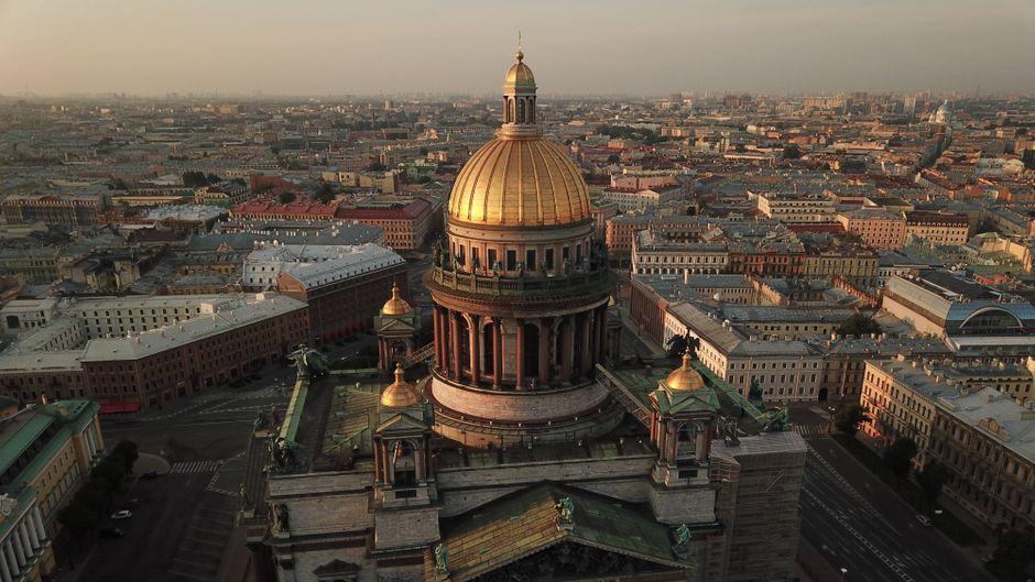 Zarenpaläste, überzogen mit prunkvollem Gold, unzählige Wasserläufe und viel Geschichte: Die Städtereise nach St. Petersburg wird einfacher.