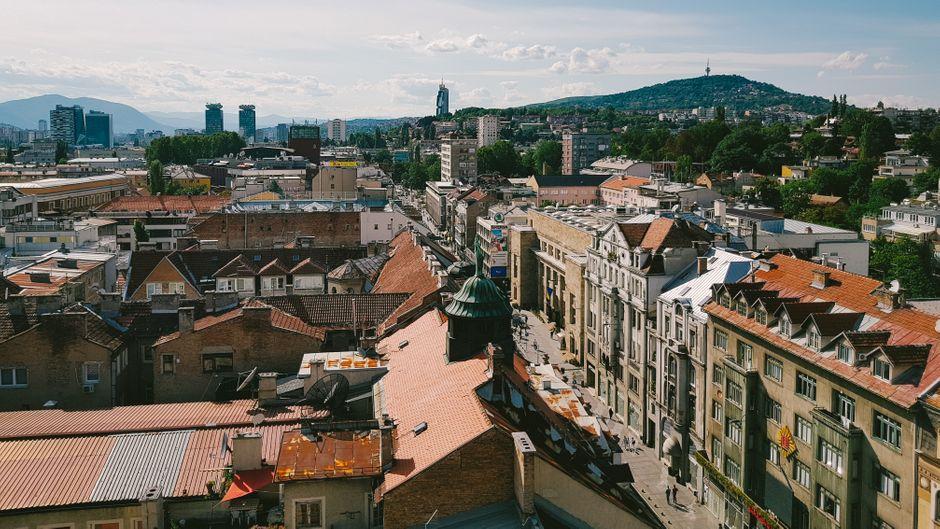 Sarajevo, die Hauptstadt von Bosnien und Herzegowina, liegt inmitten des Dinarischen Gebirges am Fluss Miljacka.