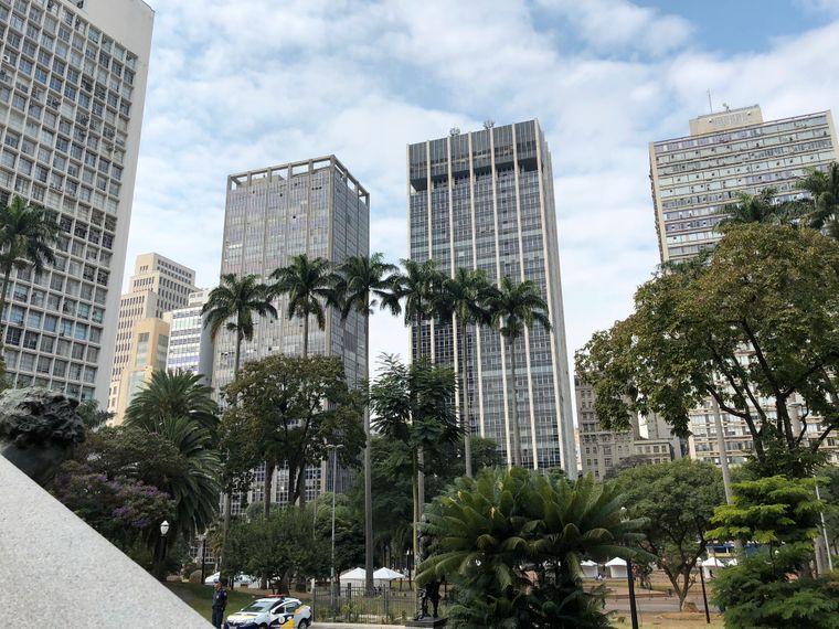 Die Wolkenkratzer sehen aus wie in Frankfurt – da gibt es allerdings keine Palmen.