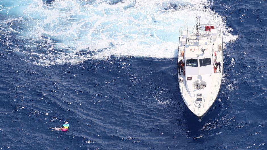 21 Stunden lang trieb die Russin auf einer Luftmatratze in Form eines Eises am Stil im Mittelmeer.