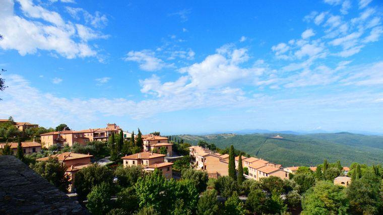Zypressen, Weinhänge und romantische Landhäuser: In der toskanischen Provinz Siena kannst du dir eine Auszeit vom Alltagsstress gönnen.
