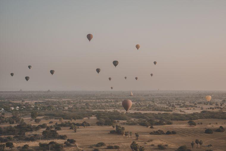Heißluftballons über Bagan, Myanmar.