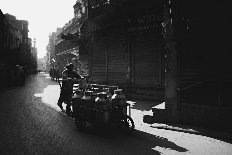 """Indigo Larmous aus Irland ist zwölf Jahre alt – er hat in der Kategorie """"Junge Fotografen"""" gewonnen. Das Foto wurde früh am Tag in der pakistanischen Stadt Lahore aufgenommen, hier fährt ein Bewohner Milch aus."""