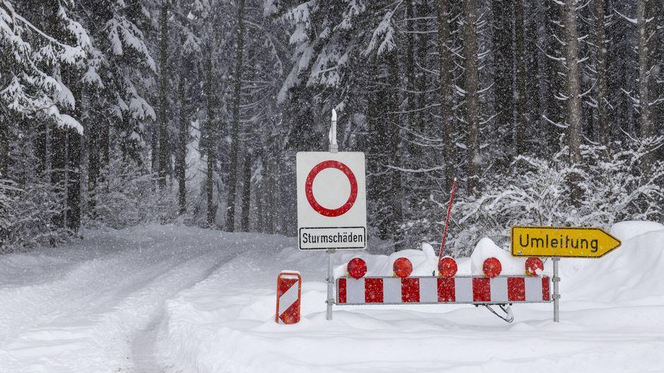 Starker Schneefall am Alpenrand und im Allgäu. Die Straße zum Argenbühler Ortsteil Eisenharz ist gesperrt.