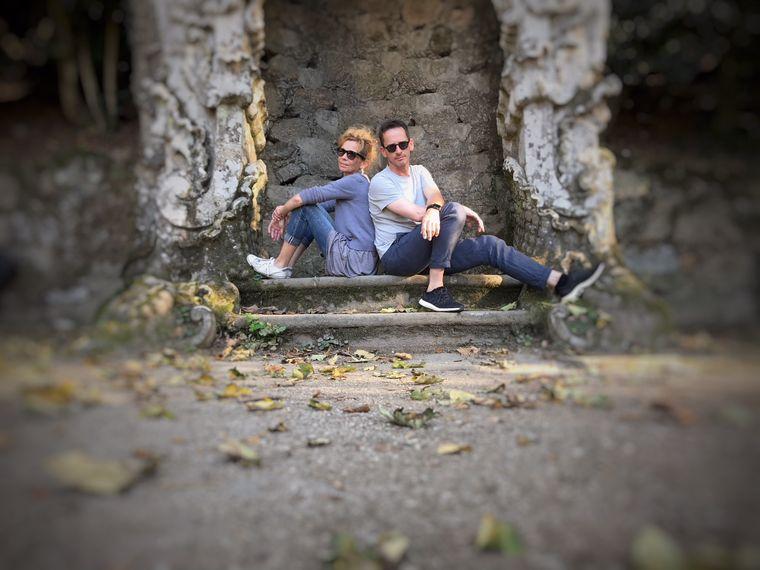 Rolf Grotegut macht einen Roadtrip und sitzt mit Partnerin Esther auf einer Treppe.