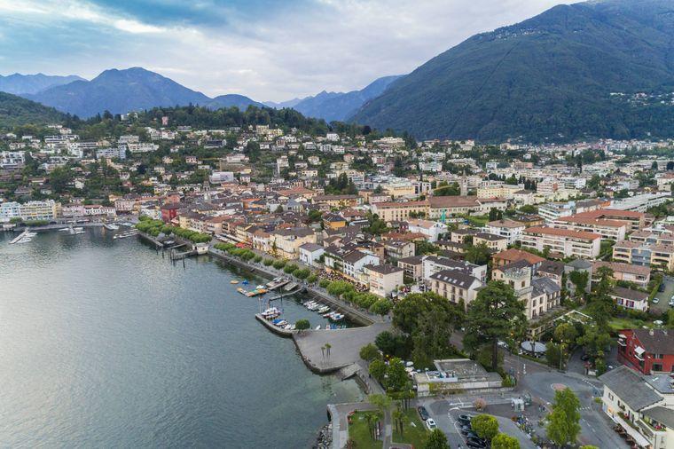 Locarno am Lago Maggiore aus der Luft gesehen.