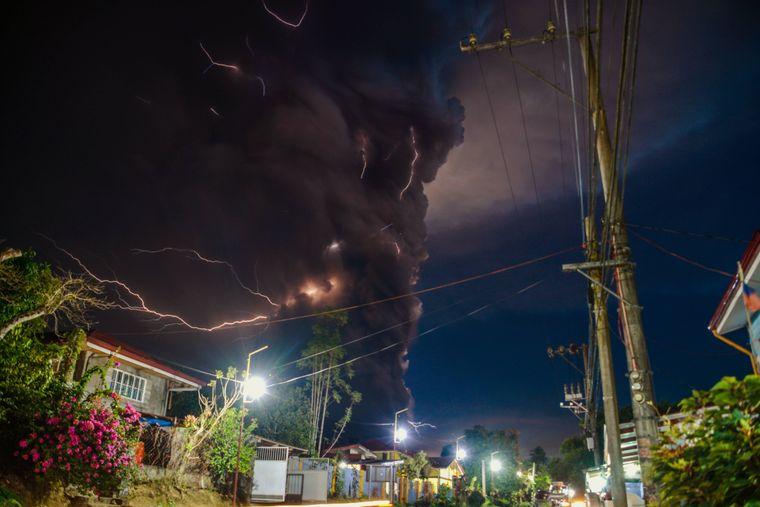 Wie aus einem Endzeit-Film: Blitze zucken in der riesigen Aschewolke, die sich nach dem Vulkanausbruch über dem Berg Taal und der philippinischen Insel erhebt.