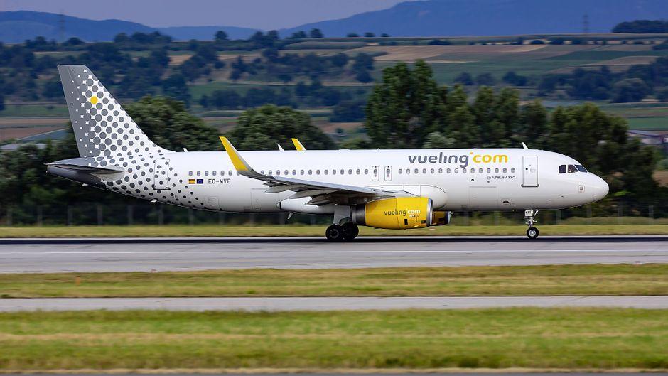 Ein Airbus 320-200 von Vueling am Flughafen Stuttgart.