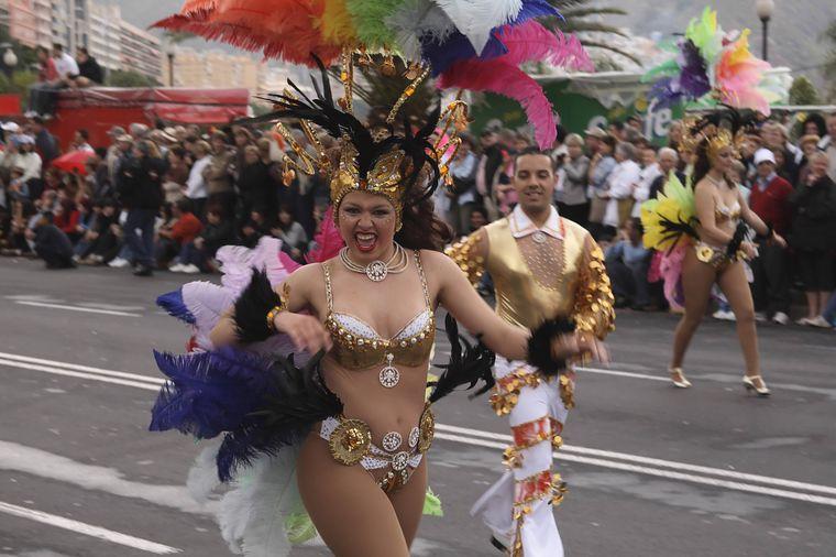 Kanrevalsumzug mit fantasievollen Kostümen in Teneriffa.