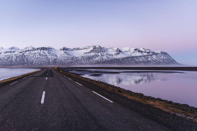 Schroffe Vulkanlandschaften, Berge mit Schnee, Abendrot: Entlang der Ringstraße zeigt sich die Schönheit Islands.