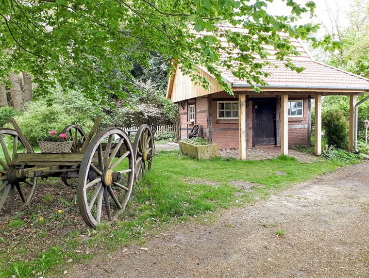 Dieses schöne Fachwerkhäuschen befindet sich auf einem alten Bauernhof in Niedersachsen.