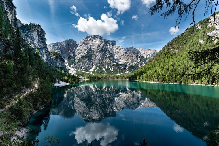 Der Wanderweg rund um den Pragser Wildsee mit dem Bergpanorama des Seekofel ist absolut lohnenswert.