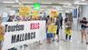 """""""Ein Flug pro Minute ist unhaltbar"""" – solche und ähnliche Botschaften empfingen die Urlauber am Samstag am Flughafen von Palma de Mallorca."""