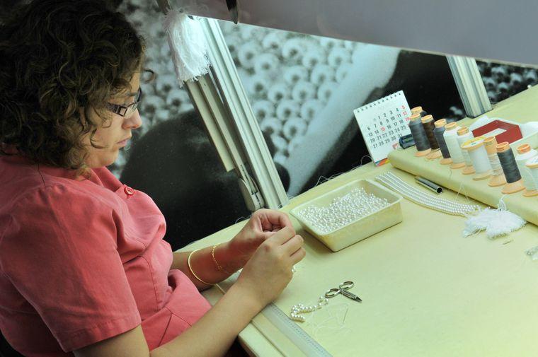 In Manacor kannst du bei der Herstellung von Kunstperlenschmuck zusehen.