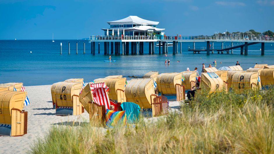 Ein heißes Sommerwochenende steht bevor. Timmendorfer Strand bittet Tagestouristen, nicht anzureisen.
