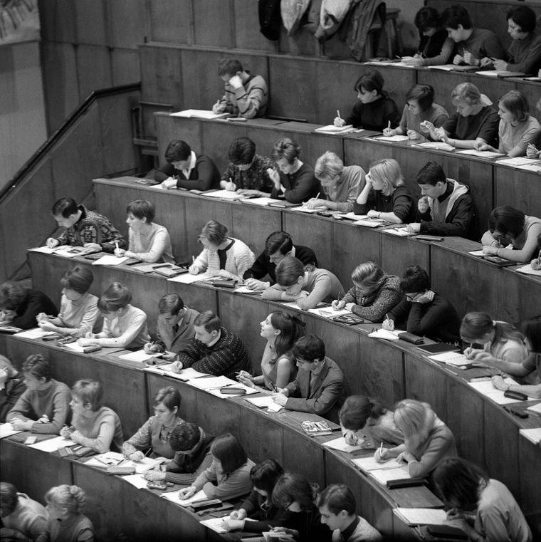 Studenten sitzen im Anatomie-Hörsaal der Medizinischen Akademie in Dresden, 1969. (Symbolbild)