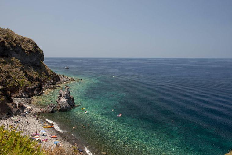 Ein steiniger Strand bei Malfa auf der Vulkaninsel Salina bei Sizilien.