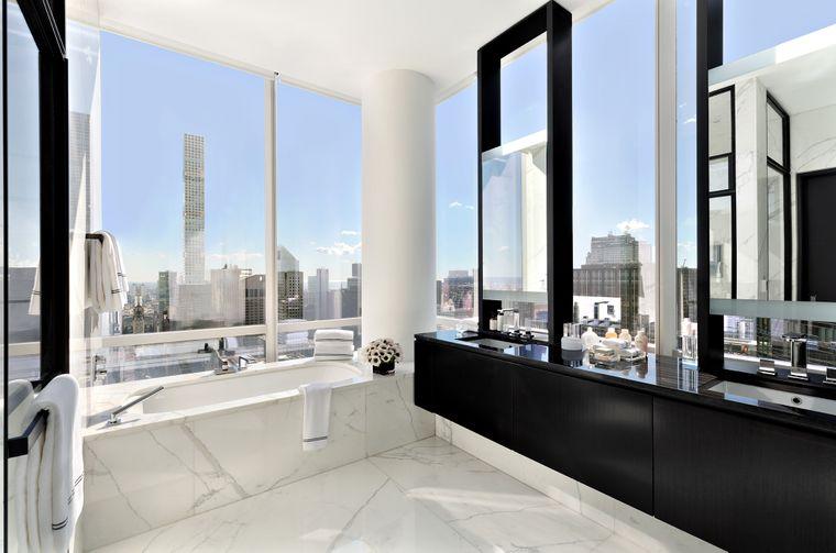 Zum Master-Schlafzimmer gehört dieses Master-Badezimmer. Aus der Badewanne ist der Blick frei auf die Wolkenkratzer.