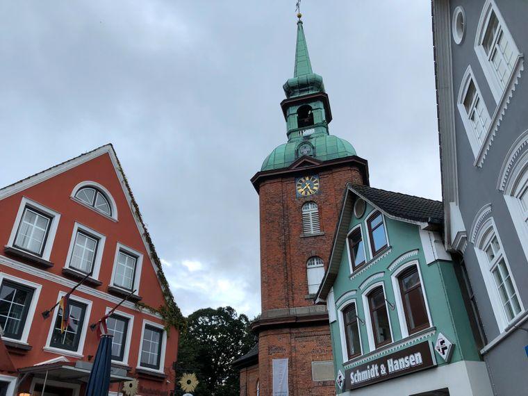 """Touristen-Hotspots in Kappeln: Die Sankt-Nikolai-Kirche und das Hotel Aurora (links). Wer die 35 überschritten hat, erinnert sich vielleicht, dass es einer der Drehorte für die ZDF-Serie """"Der Landarzt"""" war."""