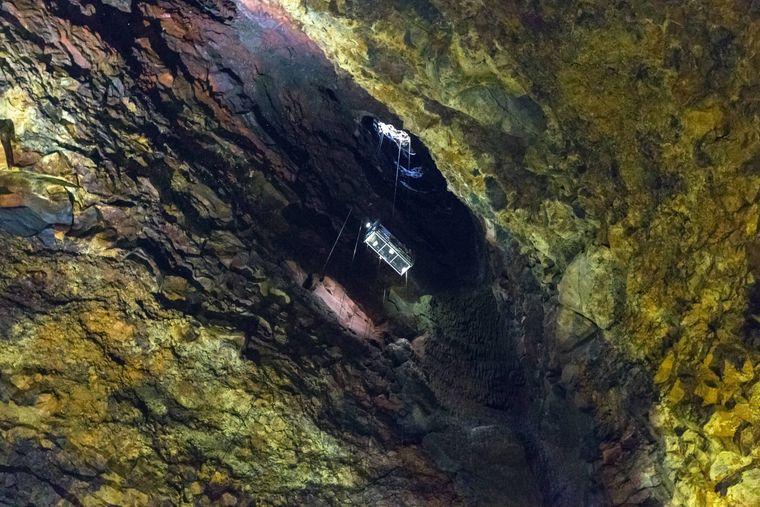 Mit dem Lift gelangst du durch den schmalen Gang in die große Kammer des Vulkans.