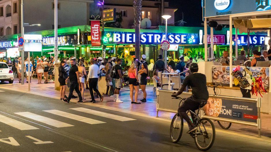 Menschen feiern auf der Bierstraße in Palma de Mallorca im Sommer 2020.