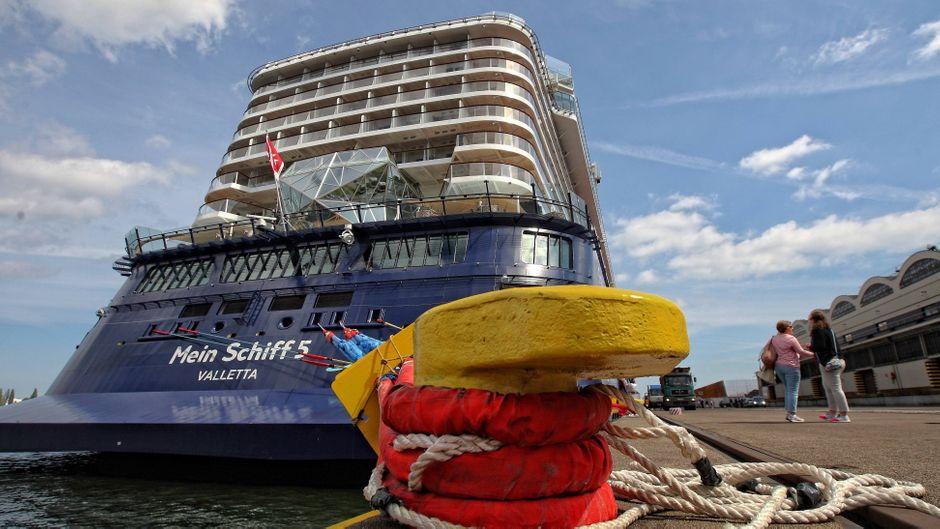"""Die """"Mein Schiff 5"""" im Hafen."""