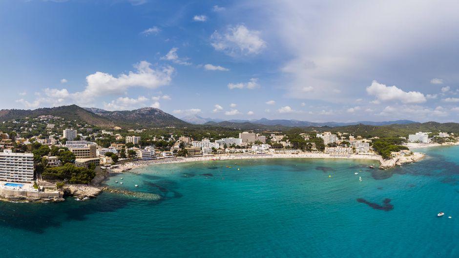 Peguera im Südwesten Mallorcas wartet mit wundervollen Stränden, aber auch mit spannenden Sehenswürdigkeiten auf dich.
