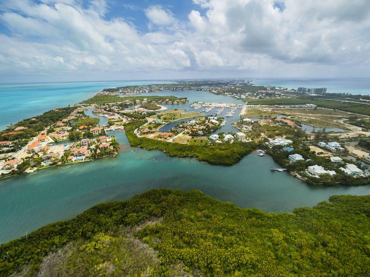 Der Blick auf die Hauptstadt der Cayman Islands, George Town.