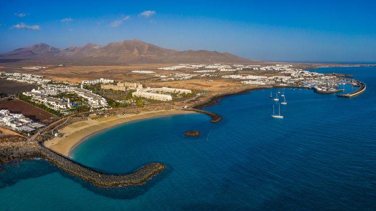 Die lebhafte Playa Blanca auf Lanzarote.