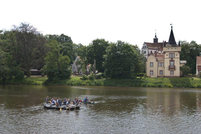 Am Wasserschloss Podelwitz an der Freiberger Mulde gibt es einen kleine Stellplatz zum Verweilen.