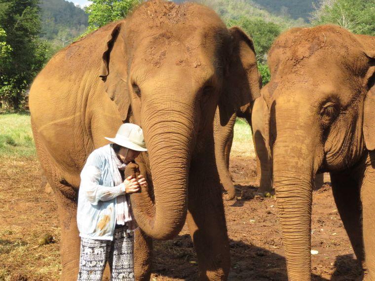 Kuss für den Elefanten – Leks Zuneigung für die Tiere ist groß.