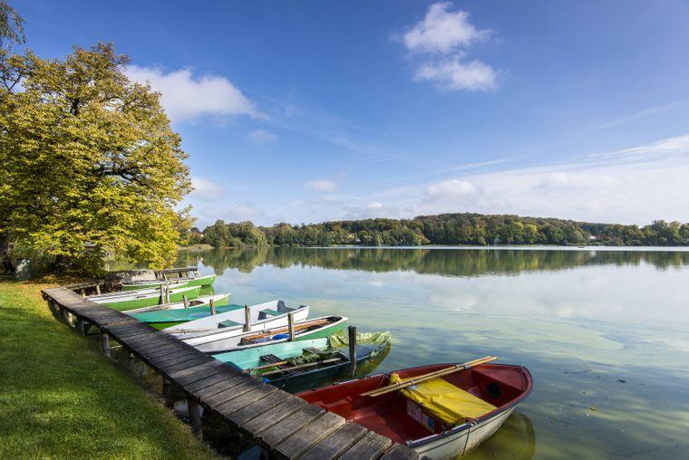 Ruderboote laden zu einer Tour auf dem Weßlinger See ein.