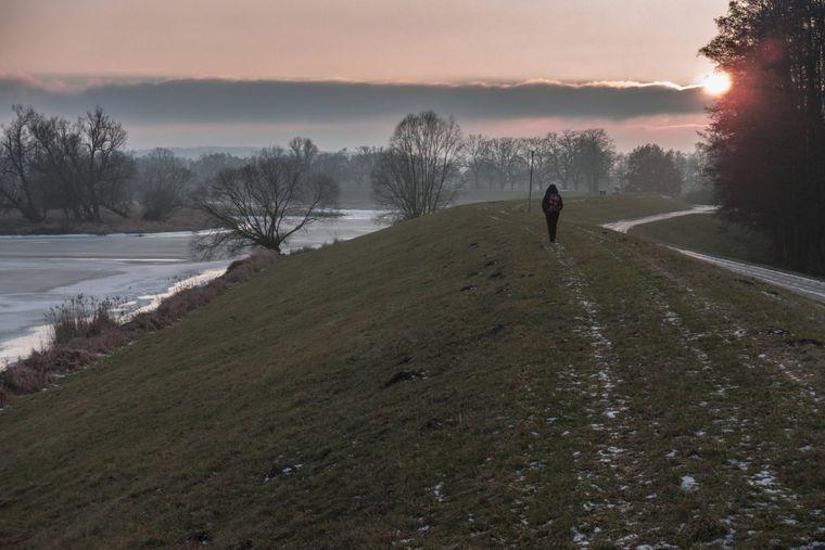 Wandern bei Sonnenuntergang auf dem Hochwasserschutzdeich bei Reitwein im Oderbruch. Idyll pur.