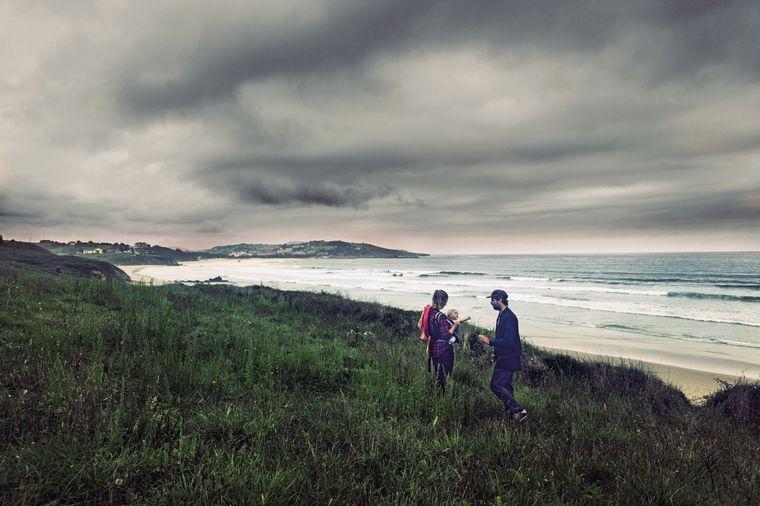 Die kleine Familie an der Küste von Kantabrien.
