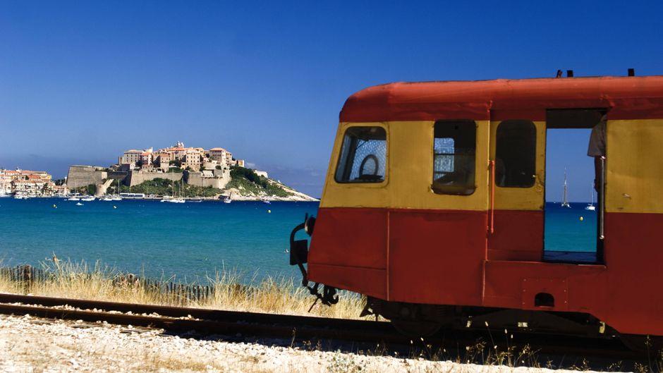 In der Calvi-Bucht im Norden Korsikas hat das Zugfahren einen besonderen Charme.