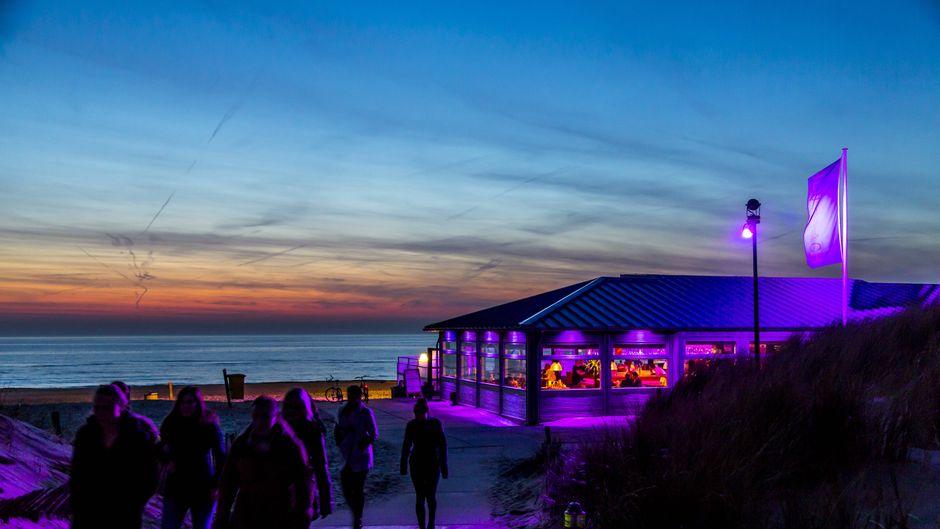Der Küsten- und Badeort Noordwijk in den Niederlanden ist bekannt für seine Strandrestaurants, Bars und Clubs bekannt. Wenn es dunkel wird erwachen hier die Partypeople und machen die Nacht zum Tag.
