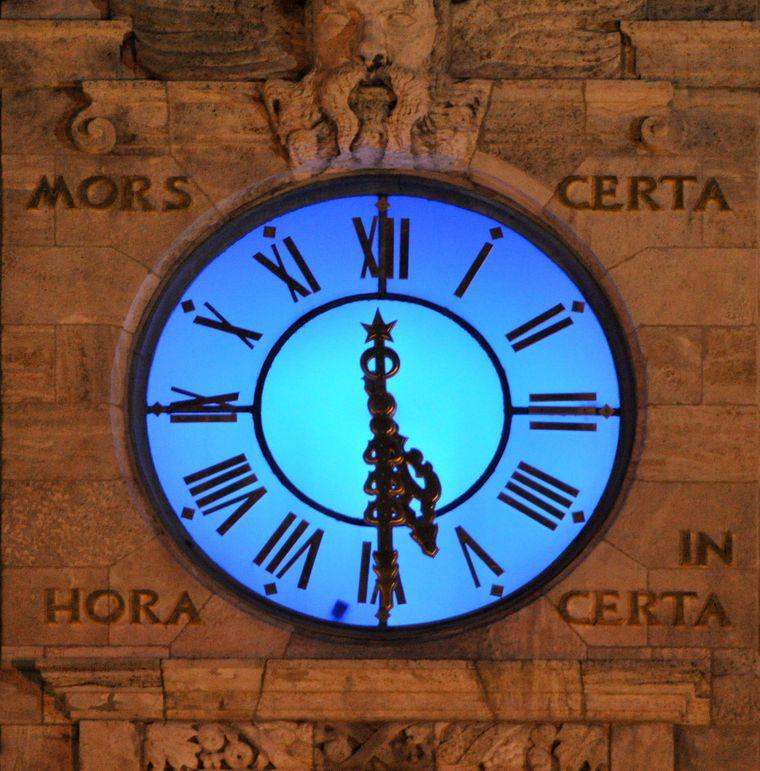 """""""Blaue Stunde"""" an der Uhr des Neuen Rathauses: Leipzig gilt als eine der ältesten Orte Sachsens: Im Jahr 2015 wurden 1000 Jahre Stadtgeschichte gefeiert. Die Ersterwähnung geht auf das Jahr 1015 zurück."""