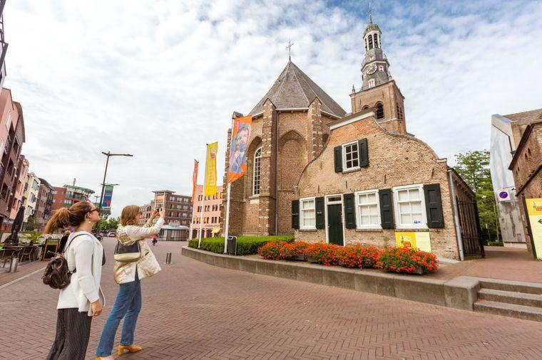 """Auf der Route """"A taste of Van Gogh"""" sind Radfahrer auch auf den Spuren des berühmten Malers unterwegs und sehen zum Beispiel die Van-Gogh-Kirche in Etten-Leur."""