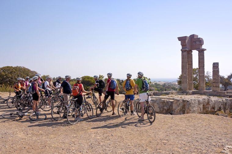 Radfahrer beim Apollo-Tempel, oberhalb von Rhodos-Stadt.