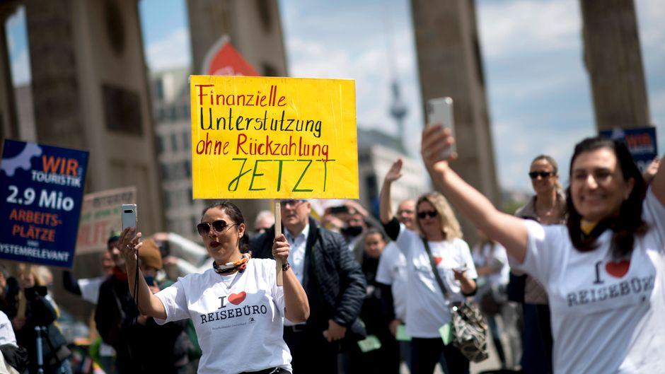 Die Reisebranche fordert bei einer Demo Unterstützung.