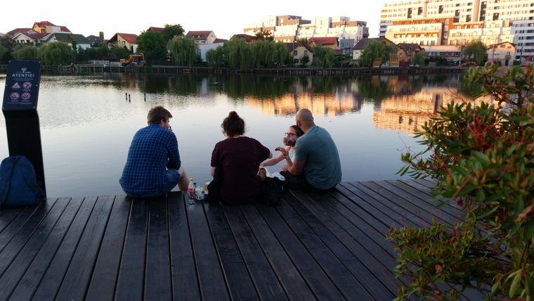 Junge Menschen picknicken am See bei der Iulius Mall in Cluj-Napoca.