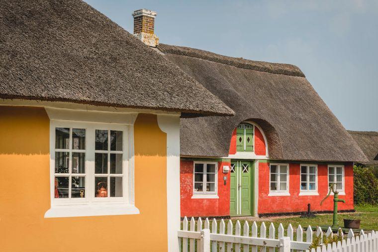 Bunte Reetdachhäuser in Sønderho auf Fanø in Dänemark.
