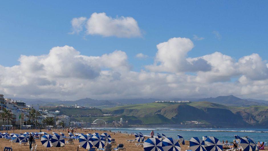 Die wunderschöne Playa de las Canteras in Las Palmas auf Gran Canaria.