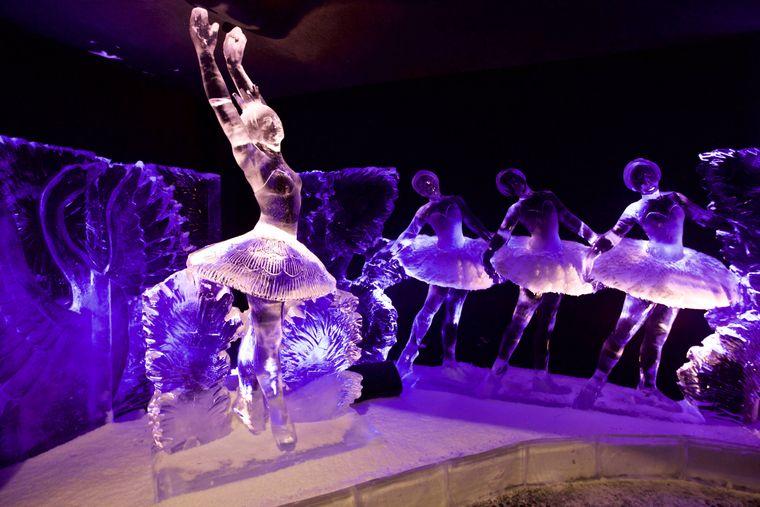 Eisskulpturen aus dem Schwanensee-Ballett beim Eisskulpturen Festival in Amsterdam.