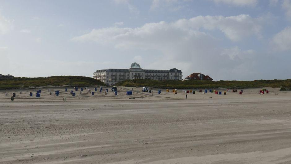 Das Kurhaus Juist ist eines der bekanntesten Gebäude der Insel und liegt ideal in Strandnähe.