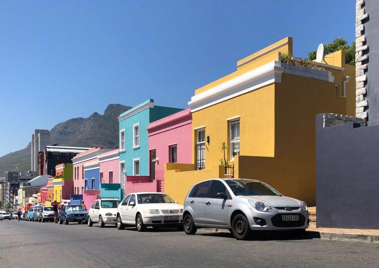 Das Bo-Kaap-Viertel in Kapstadt ist bekannt für seine bunten Häuser – wie hier an der Wale Street.