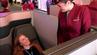 Flugbegleiterin Esther erklärt reisereporterin Maike die Q-Suite.