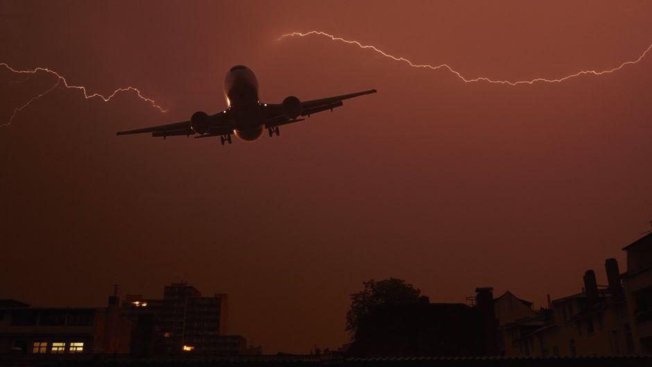Ein Flugzeug fliegt durch Gewitter über Offenbach.