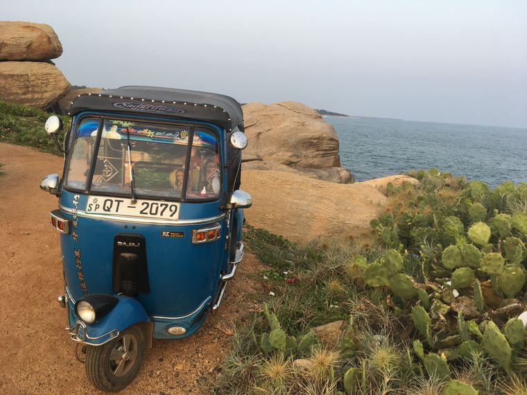 Tuk-Tuk steht an der Küste in Sri Lanka.