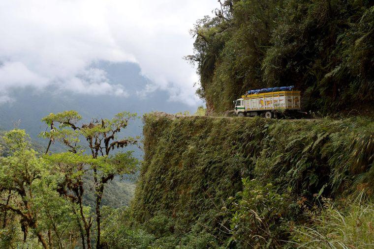 Ein Lastwagen fährt über die Camino a Los Yungas, auch Todesstraße genannt.